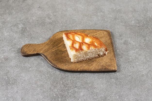 まな板の上、大理石のテーブルの上でスライスした甘いパン。