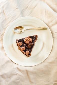 흰색 바탕에 맛 있는 초콜릿 케이크를 슬라이스. 공간을 복사합니다. 평면도. 친족과 달콤한 음식 분위기 개념.