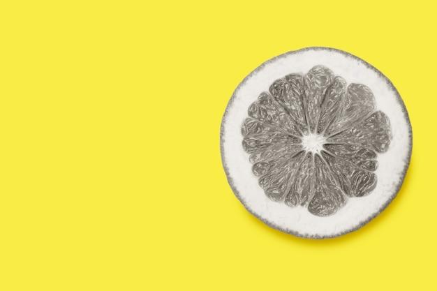 Нарезанный тонированный грейпфрут ultimate grey изолирован на освещении с копией пространства трендовых цветов 2021
