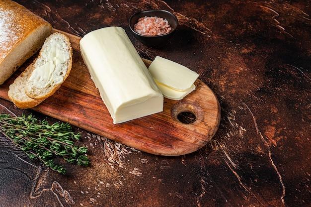 나무 커팅 보드에 버터를 얹은 슬라이스 토스트 빵