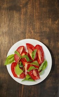 흰색 접시에 양상추와 토마토 슬라이스