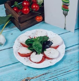 Sliced tomatoes with mozarella cheese and basilic