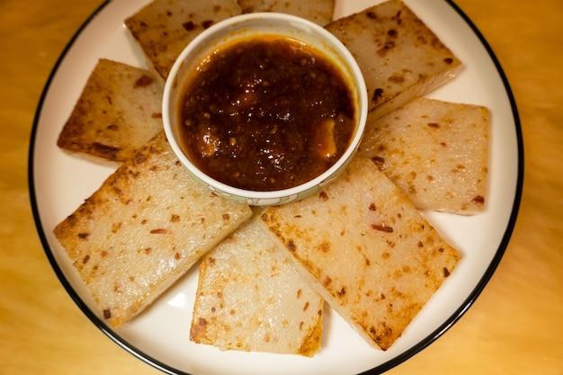 Ломтик репы с соусом на тарелке