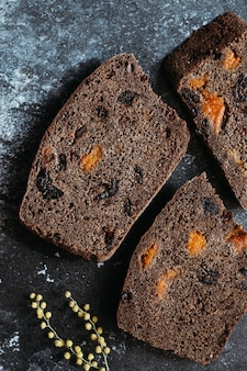 Нарезанный веганский хлеб без глютена и продуктов животного происхождения. хлеб безглютеновый и без продуктов животного происхождения.