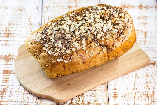 우유없이 밤, 귀리, 열매, 곡물 및 생물학적 효모로 만든 얇게 썬 비건 수제 빵