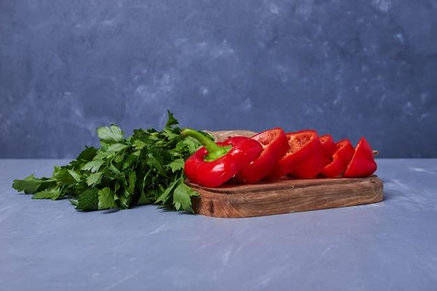 Нарезанные овощи и зелень на синем