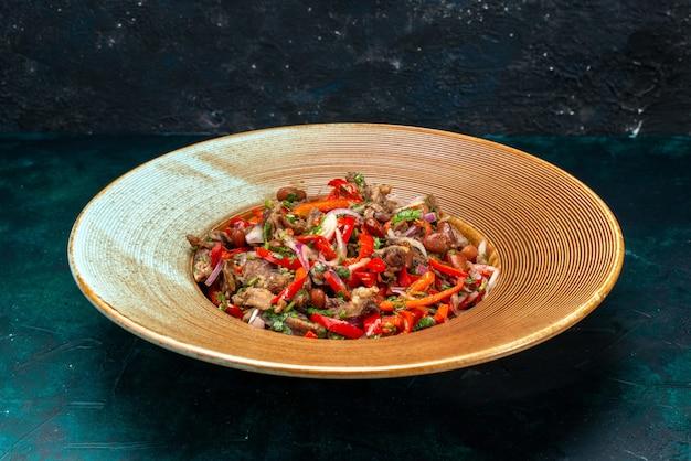 暗闇の中でプレートの内側に肉を切り刻んだスライス野菜