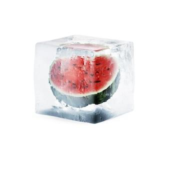Нарезанный арбуз в изолированном кубике льда