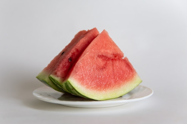 흰색 표면에 절연 접시에 수 박 슬라이스.