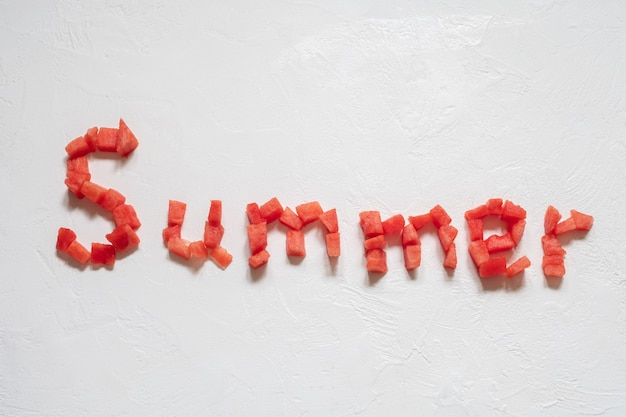 夏の碑文と白のスイカをスライス