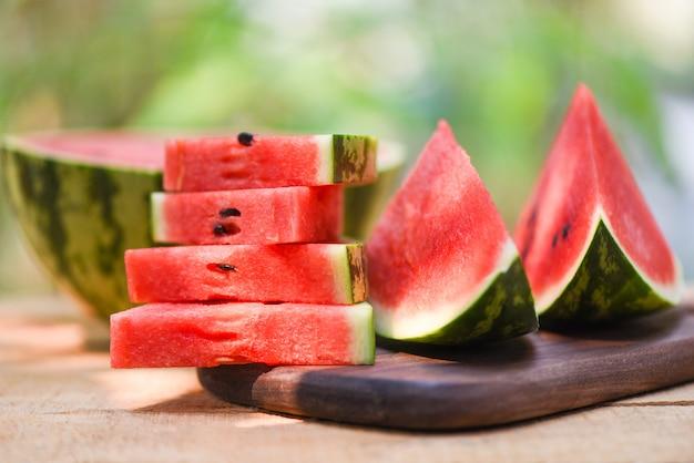 木製と自然の背景にスライスしたスイカ-クローズアップ新鮮なスイカの作品熱帯の夏の果物