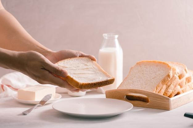 Нарезанный белый хлеб с маслом, снятый с высокого угла