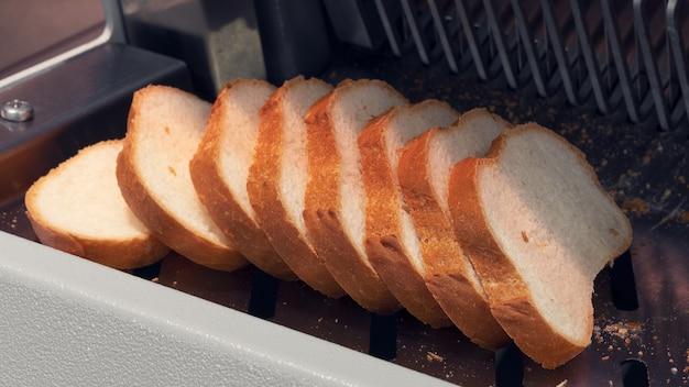 切断機でスライスした白パン