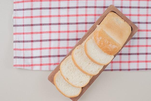 나무 보드에 흰 빵을 슬라이스