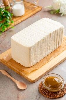 スライスした白パンとカヤジャム
