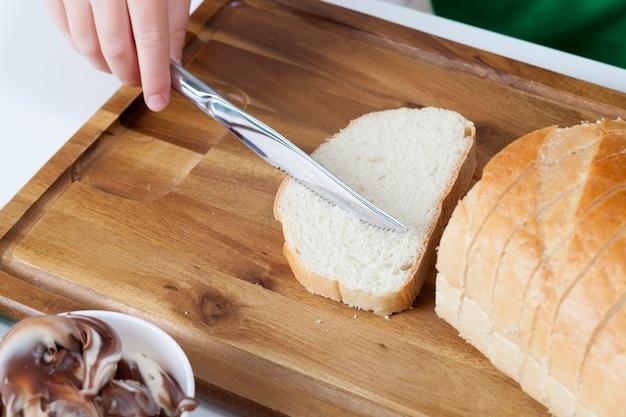 チョコレートバターを塗った白パンのスライス