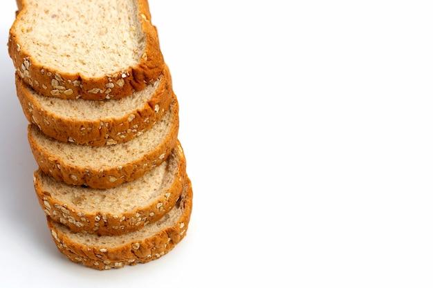 白い表面にスライスした全粒粉パン