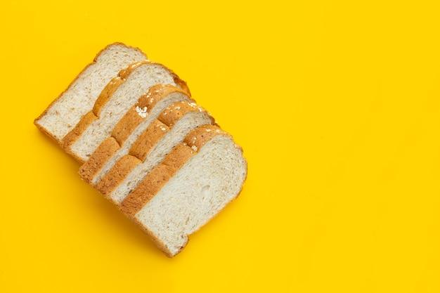 白い表面にスライスした全粒小麦のパン。
