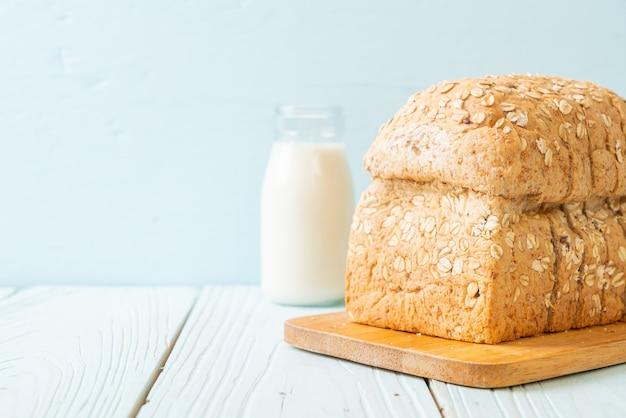 Нарезанный цельнозерновой хлеб на деревянном столе