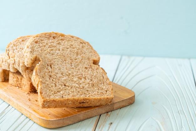 나무 테이블에 얇게 썬 통곡물 빵