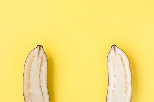 노란색 바탕에 노란 바나나를 슬라이스 프리미엄 사진