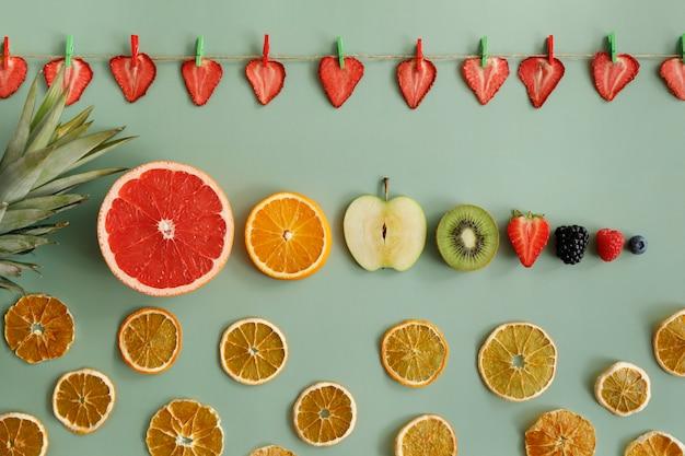 スライスした新鮮なフルーツとフルーツチップス