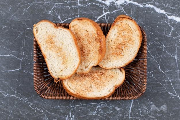 Fette di pane in un cesto di vimini.