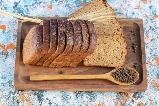 Fette di pane fresco su una tavola di legno