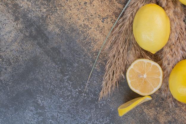 Fette di limone su spazio in marmo