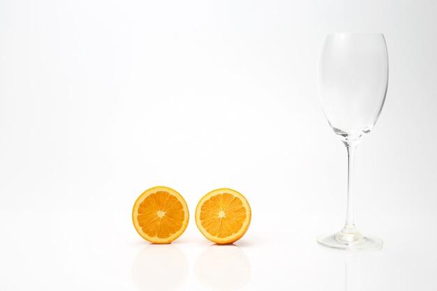 オレンジと白の空のガラスのスライス