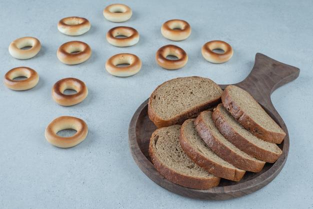 Ломтики черного хлеба и сухариков на каменной поверхности