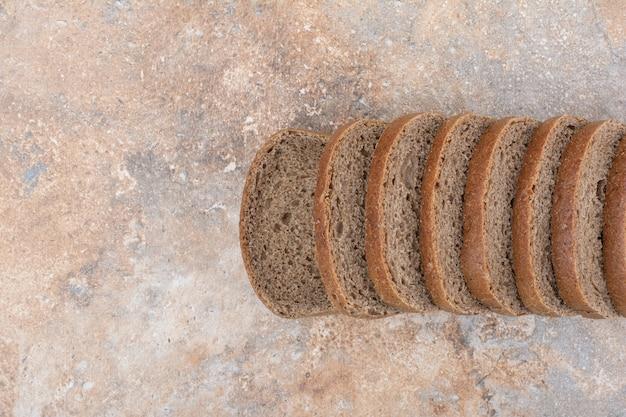 대리석 바탕에 검은 빵 조각