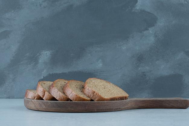 Ломтики черного хлеба на деревянной доске