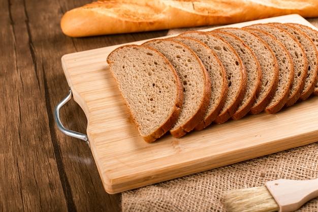 Ломтики хлеба и французский багет
