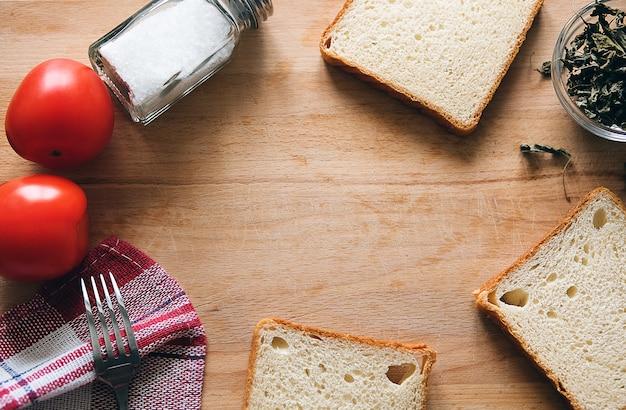 トマトとスパイスのサンドイッチのパンのスライス..