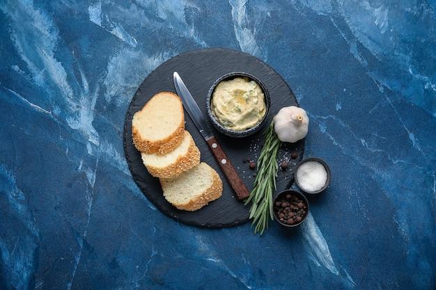 빵, 마늘 버터 및 색상 배경에 재료의 조각