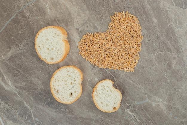 보리가 든 빵 조각이 심장처럼 형성되었습니다. 고품질 사진