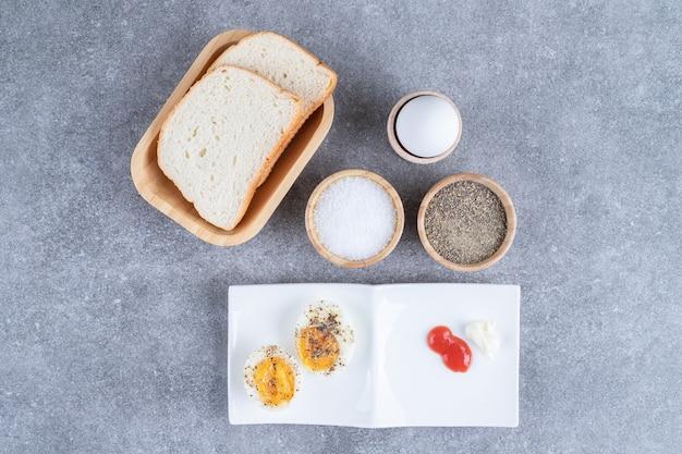 ゆで卵とソースが入ったパンのスライス。高品質の写真
