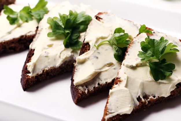 Ломтики хлеба со сливочным сыром