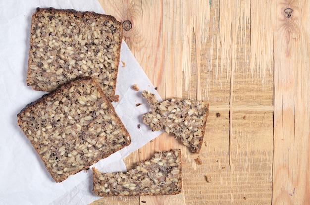さまざまな種子の上面図のパンのスライス