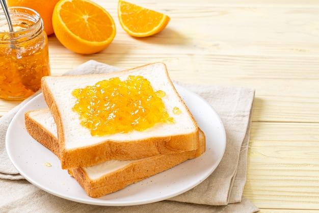 朝食にオレンジジャムとパンのスライス