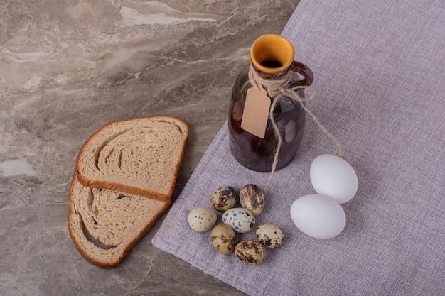 메추라기와 닭고기 달걀을 곁들인 빵 조각