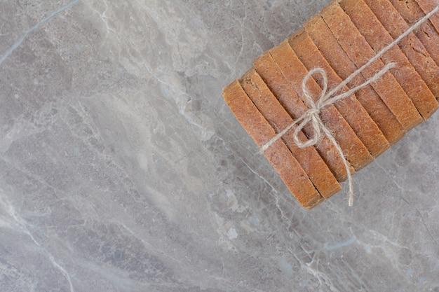 대리석 표면에 로프에 브라운 빵 조각