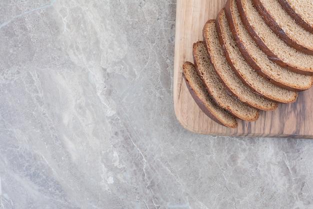 大理石の表面に茶色のパンのスライス