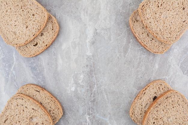 대리석 표면에 브라운 빵 조각