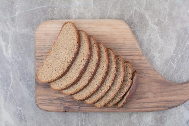 Ломтики черного хлеба на мраморной поверхности