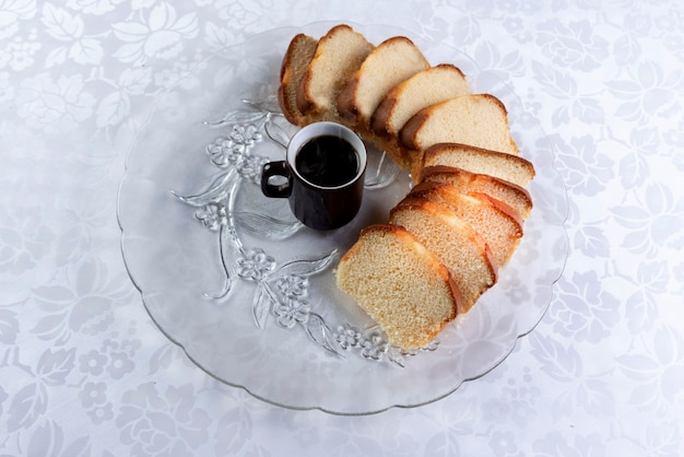 Кусочки торта и чашка кофе на тарелке на столе.