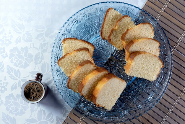 Кусочки торта и чашка кофе на тарелке. вид сверху..
