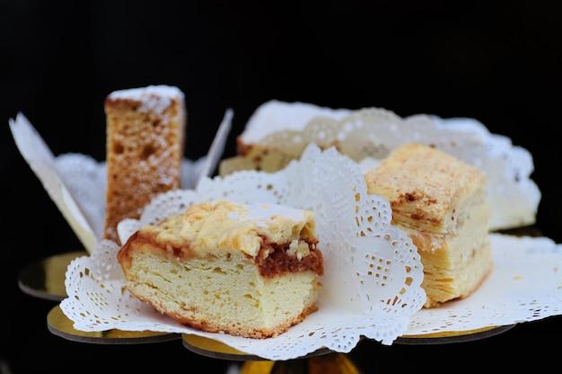 白いナプキンのケーキのスライス