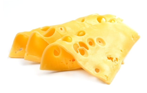 Ломтики сыра, изолированные на белом фоне крупным планом